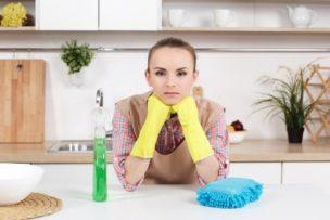 キッチンを掃除しようとする人