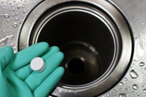 液体パイプクリーナーや薬品で定期的に溶かす